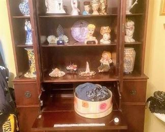 Beautiful Secretary, many classic doll head statues, antique jewelry holders