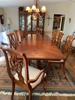 American Drew pedestal Dinning room table.  10Ft long by 3 and 1/2 wide.  Six chairs and 2 armchairs