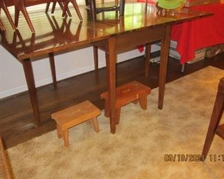 DOUBLE GATE LEGGED DROP LEAF TABLE WITH A COUPLE OF STOOLS UNDERNEATH