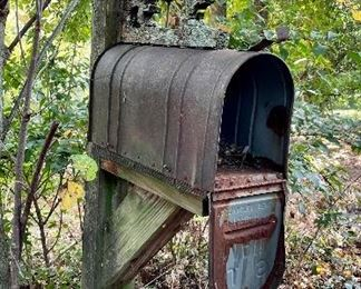Just in time for Christmas a large mailbox!!