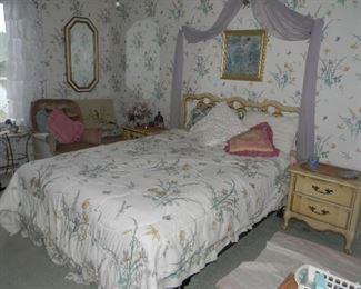 bed , bedroom
