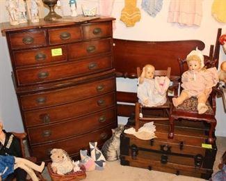 Vintage Kindel chest of drawers and vintage dolls