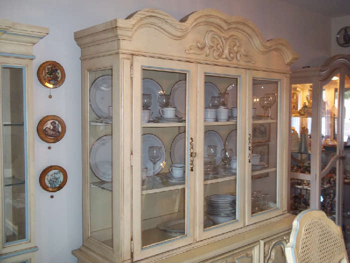 CHINA CABINET TO THE DINING ROOM SUITE, ABSOLUTELY BEAUTIFUL SET, DINING TABLE W/ EXTENSIONS, 6 CHAIRS ( 2 ARE CAPTAIN CHAIRS WITH ARMS ) OTHER 4 STRAIGHT, BUFFET, CURIO CABINET, ALL IN PRISTEEN CONDITION. A MUST SEE
