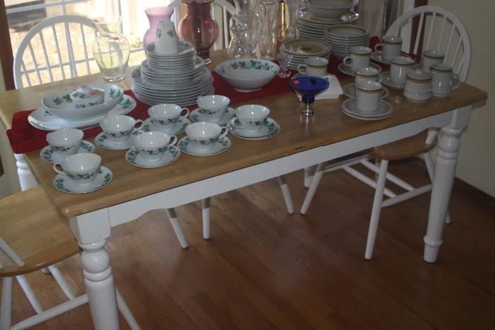 dinette table with 4 chairs in great condition