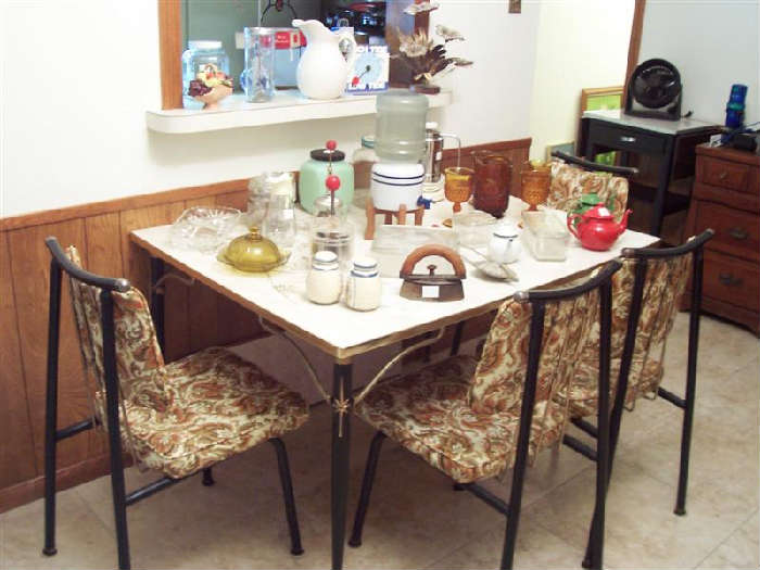 1950's DINETTE SET (TABLE,1 LEAF, 4 CHAIRS)