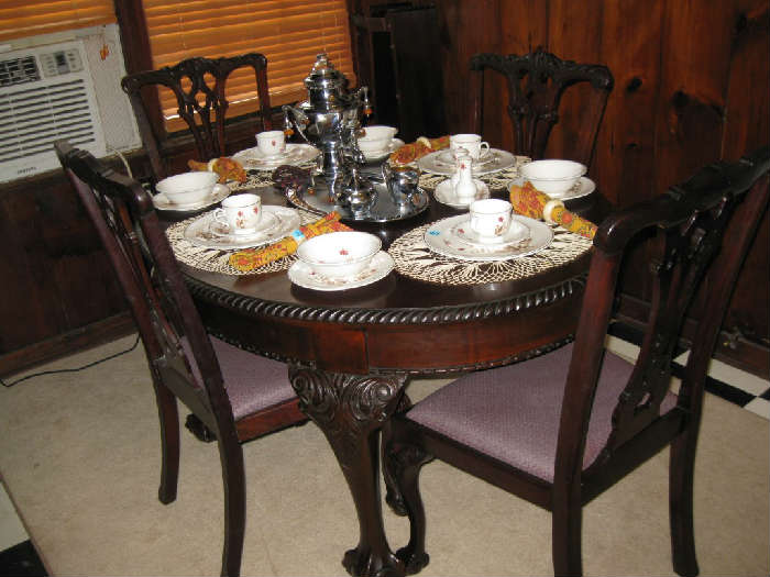 ANTIQUE ENGLISH OAK CHIPPENDALE DINING TABLE with 2 LEAVES and 4 CHAIRS