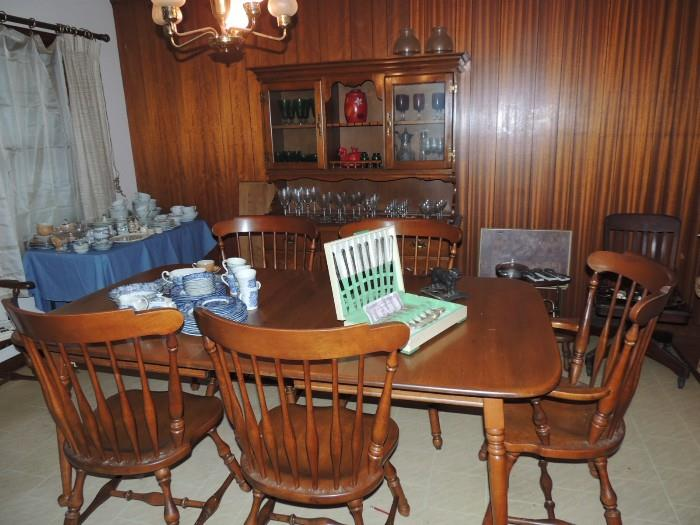 Heywood Wakefield table with three leaves and six chairs