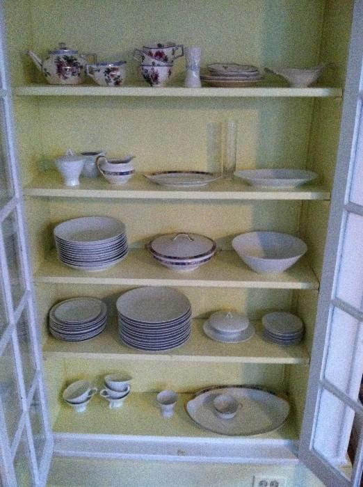 Several china pieces, including Wedgwood china.
