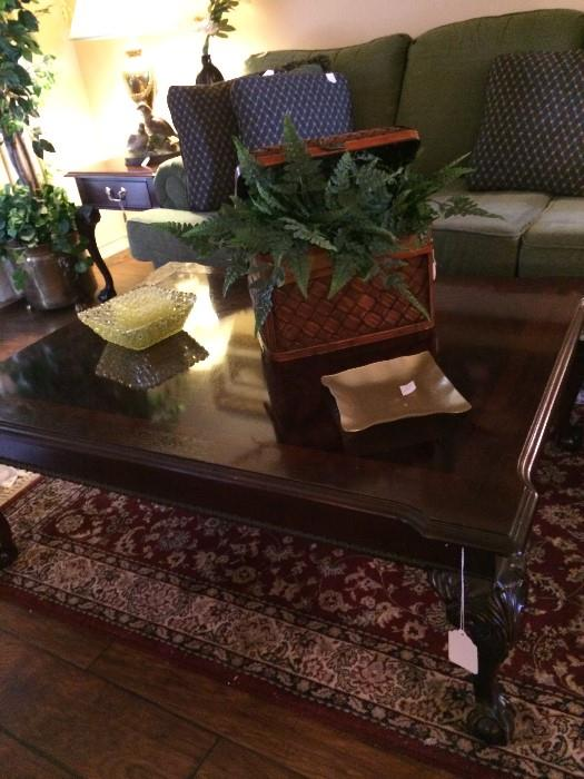 Like-new coffee table with various decorative items