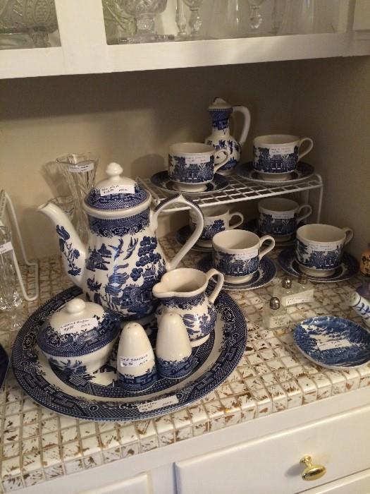 Blue Willow tea service; matching cups & saucers