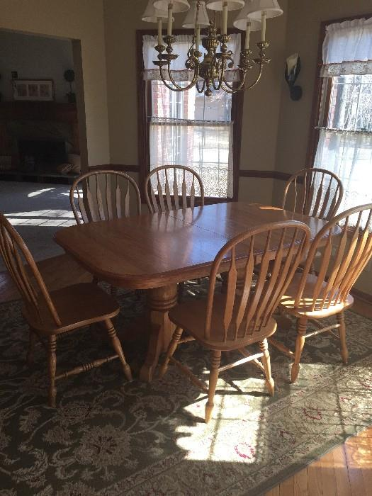BEAUTIFUL COUNTRY STYLE SOLID BLONDE OAK DINING ROOM TABLE WITH 6 CHAIRS (2 EXTRA LEAFS)