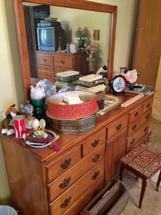Very Pretty 9 drawer Dresser with Mirror