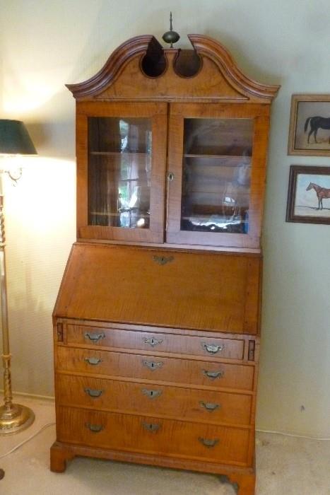 American curly maple secretary bookcase, 18th century.