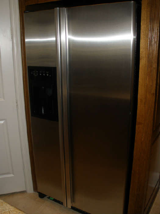 "Jenn-Air 26 cu. ft., 2007 or 2008 model, measures 5'10""-H ; 3'-W ; 2'7""-D"