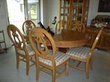 wonderful dining room set w/leaf & 6 chairs w/matching hutch