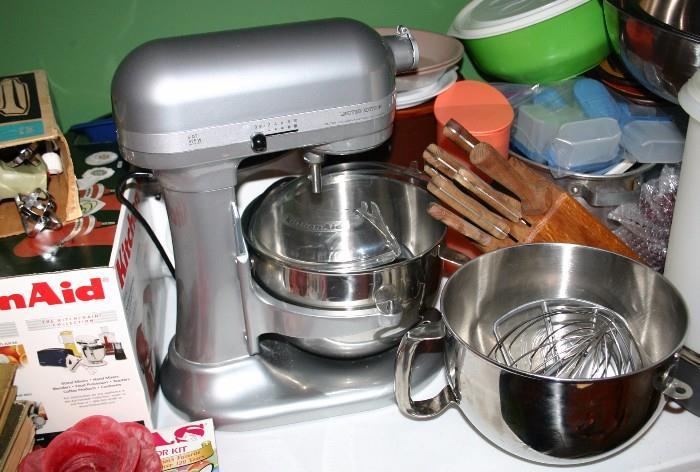 Kitchen Aid Mixer w/Extra Bowls & Attachments