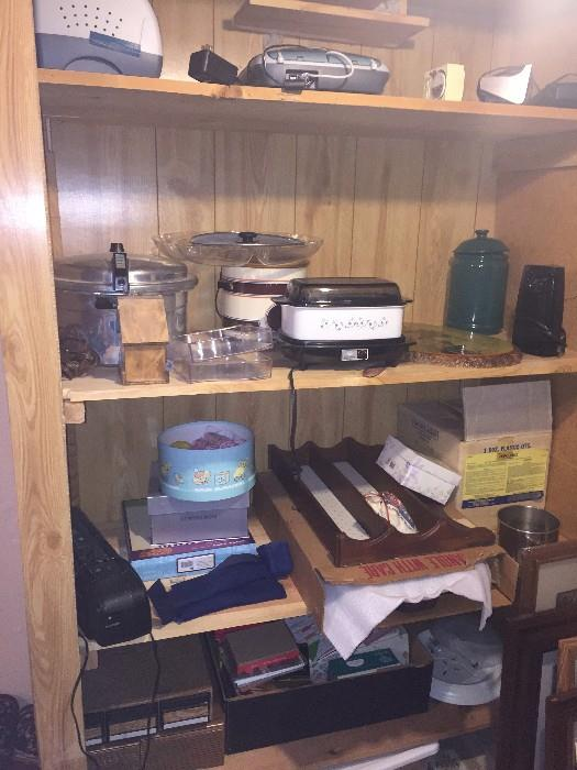 KITCHEN ACCESSORIES / POTS AND PANS