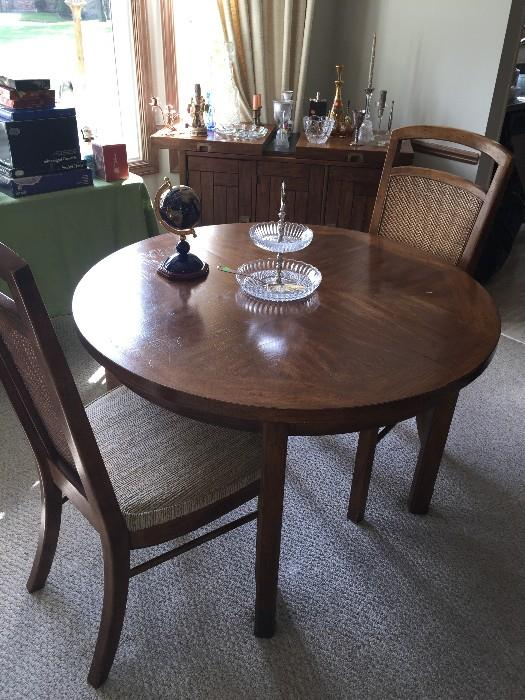 ROUND TABLE WITH 4 CHAIRS AND EXTRA LEAVES