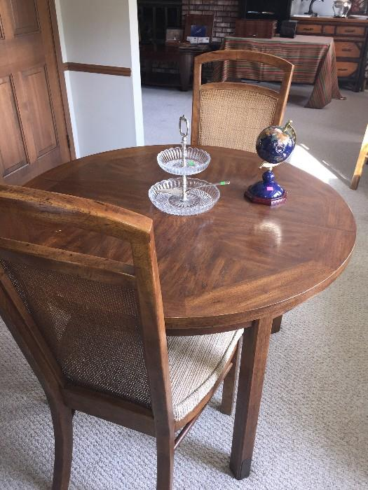 ROUND KITCHEN TABLE ( COMES WITH 4 CHAIRS AND EXTRA LEAVES)