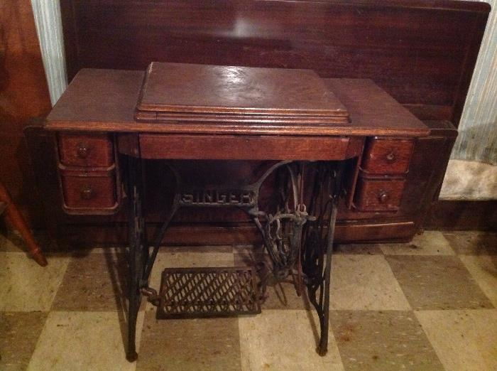 Antique Singer sewing machine (closed).....in very good condition