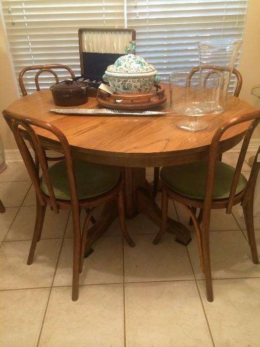 Oak table; 4 bentwood chairs