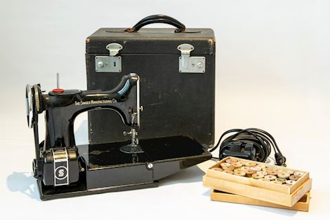 0023 Singer Traveling Sewing Machine and Chest