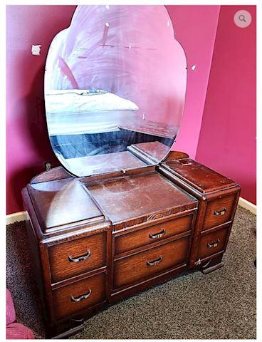 Vanity w/ Round Mirror