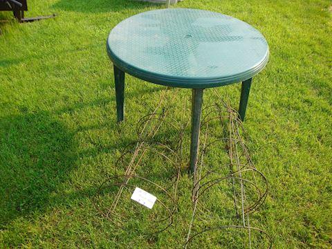 Plastic patio table / 5 tomato cage Lot #42