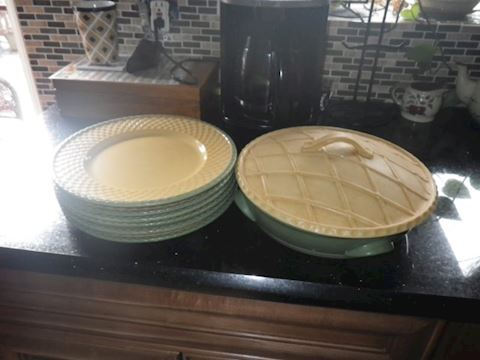 Six Plates and Pie Holder