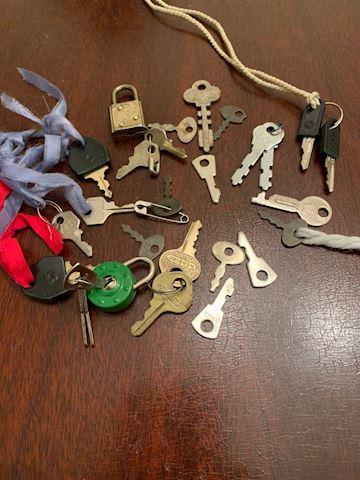 JW  110  Assorted Old Tiny Keys.  Mixed Lot