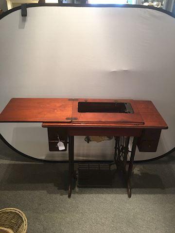 Vintage Singer Sewng Machine Wood Cabinet