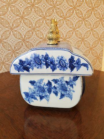 Short blue and white porcelain box