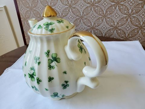 Lufton Shamrock teapot Music Box