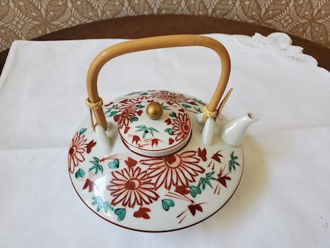 Tea pot with rattan handle daisy floral design