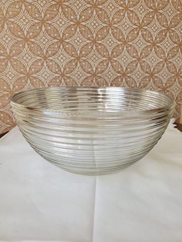 Clear salad bowl with circular ring design