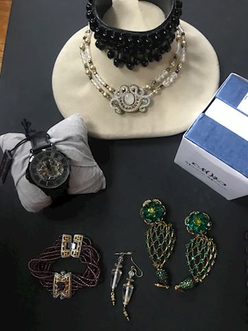Lot of variable jewelry
