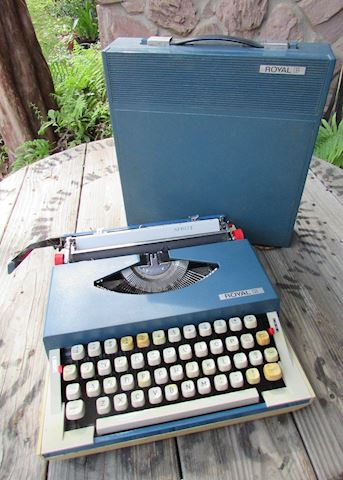 Vintage Portable Royal Sprite Typewriter w/case