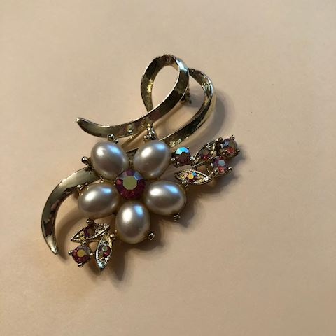 Vintage brooch with faux pearl and pink stones