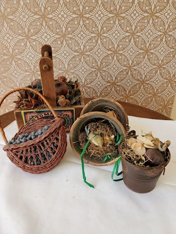 Lot of small decorative baskets and copper buckets