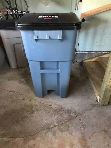 Rubbermaid 50 Gal Garbage bin