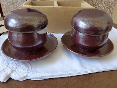 Set of 2 covered dishes with plate set, brown