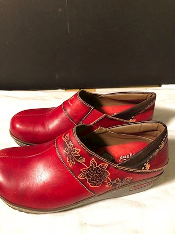 Like new red leather embossed clogs by Spring Step