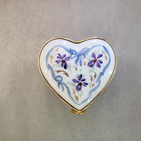 LIMOGES HEART SHAPED TRINKET/PILL BOX GOLD BORDER