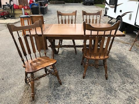 Maple Dining Room Table and 4 chairs/2 leaves